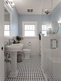 """Se servir de cette salle de bain comme inspiration. Retrouver le style """"Craftsman"""" des années 1910-1920: un carrelage noir et blanc (Daltile), du lambris, une pharmacie intégrée faite sur mesure, un lavabo sur colonne et une douche italienne. Yalecrest Arts & Crafts - Christa Pirl"""