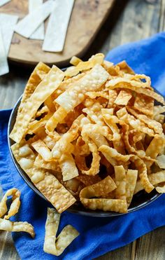 Only 2 ingredients needed to make these crunchy Fried Wonton Strips. Eat them plain or use them for some crunch on a salad. Wonton Appetizers, Wonton Recipes, Appetizer Recipes, Italian Appetizers, Cold Appetizers, Deep Fried Wontons, How To Make Wontons, Wonton Chips, Crispy Wonton