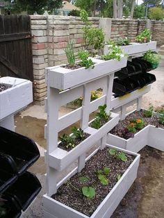 Recycled pallet planter is the best idea for your plants as well as your old pallets can be used in this way. This white pallet planter gives fantastic and nice looks to your garden. This pallet planter divided is in three different sizes of portions so i Vertical Pallet Garden, Vertical Gardens, Vertical Planter, Pallet Gardening, Organic Gardening, Pallet Patio, Sustainable Gardening, Gardening Tips, Pallet Chair