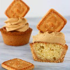 CUPCAKES AI BISCOTTI GALLETTI MULINO BIANCO ~°~°~°~°~° Le cupcakes ai biscotti Galletti Mulino Bianco sono un'idea originale per un dolce diverso dal solito. L'impasto del tortino è racchiuso all'interno di un guscio croccante di biscotti Galletti Mulino Bianco, come quello che è alla base della cheesecake. Questo rende la consistenza della base croccante e soffice al tempo stesso. La crema è al caramello e decorata con un bel biscotto. La ricetta, in collaborazione con @mulinobianco , la…