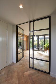 De exclusieve glazen deur zorgt voor meer ruimte in de villa.
