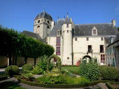 Alençon - Maison d'Ozé (office de tourisme) et son jardin, et tour de l'église Notre-Dame