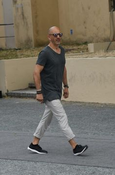 """今回は、夏スタイルのマストアイテム""""Tシャツ""""にフォーカスして注目の最新コーデ&アイテムを紹介! Tシャツ×ネイビーパンツスタイル ホワイトとネイビーで全体をまとめた統一感のあるスタイリング。ハンドバッグもネイビーで統一することでより洗練された雰囲気に。スニーカーのシュータン部分にもブルーを取り入れて。 SUNSPEL(サンスペル) TWO FOLD 60'S 1860年に設立された真正な英国製品を生産する伝統的ブランド「SUNSPEL(サンスペル)」。適度な肉厚感を持ちながらもソフトな着心地を実現したホワイトTシャツ。 詳細・購入はこちら Tシャツ×スウェットパンツコーデ Tシャツにスウェットパンツを合わせたスポーティなコーディネート。全身カットソー素材のリラックス感溢れるスタイリングだが、タイトなサイジングのチョイスによって洗練された雰囲気に仕上がっている。 Tシャツ×クロッパドパンツ×モカシンコーデ 襟ぐりが広めに設計された白Tシャツにブラックのクロップドパンツを合わせた抜け感溢れるモノトーンコーディネート。足元にはモカシンシューズをチョ..."""
