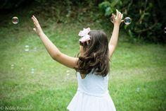 Menina brinca perseguindo bolhas de sabão O Samara, Doc Mcstuffins Birthday Party, Children Photography, Editorial, Victorian, Style, Girl Photography, Photography Kids, Boys Playing