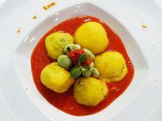 Foto degli gnocchi ripieni di zucchine pomodori e crema di fave