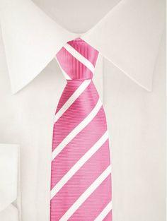 Cravate rose fuchsia avec rayures blanches