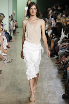 Tibi Spring 2016 Ready-to-Wear Fashion Show Look Fashion, Runway Fashion, Fashion Show, High Fashion, Womens Fashion, Fashion Design, Fashion Trends, Women's Dresses, Diy Vetement