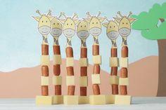 Zoet, gezond, hartig: op het gebied van kindertraktaties kun je allerlei kanten op. Zo kun je zonder veel moeite een hartige traktatie maken van kaasblokjes en stukjes knakworst, en die zien er in de vorm van deze giraffen nog leuk uit ook. Healthy Birthday Treats, School Birthday Treats, Birthday Party Snacks, School Treats, Giraffe Birthday Parties, Boy Birthday, Safari Party, Food Displays, Happy Foods