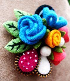 Felt Flower Brooch with several kinds of flowers and pods. Zipper Flowers, Felt Flowers, Fabric Flowers, Zipper Crafts, Sewing Crafts, Sewing Projects, Wool Applique Patterns, Felt Gifts, Felt Brooch