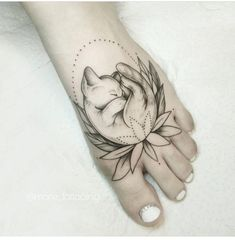 Cutest cat tattoo ever! Also: flowers, circle, geometric #CatTattoo