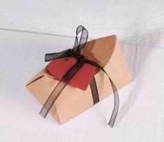Boîte avec noeud et un coeur de feutre