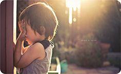 La inocencia del niño, la luz entrando por entre las maderas, los tonos