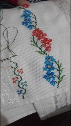 Hand-embroidered trim with pink raffia flowers and drop-shaped pearls Small Cross Stitch, Butterfly Cross Stitch, Cross Stitch Rose, Cross Stitch Borders, Cross Stitch Flowers, Cross Stitch Charts, Cross Stitch Designs, Cross Stitching, Cross Stitch Embroidery