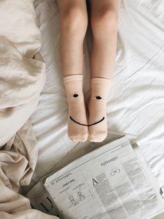 Flatlay mit Socken und Zeitung.