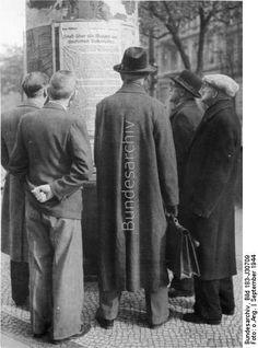 Der totale Krieg in seinen Auswirkungen im faschistischen Deutschland.  UBz: Den an den Litfaßsäulen in Berlin angeschlagenen Erlaß Adolf Hitlers vom 25. September 1944 über die Bildung des deutschen Volkssturms in den alle bisher nicht eingezogenen Männer im Alter von 16 bis 60 Jahren einberufen werden.