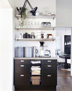 Offene Aufbewahrung: ein Getränkebereich in der Küche, u. a. mit VÄRDERA Teetasse mit Untertasse in Weiß
