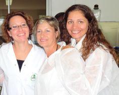 Anne BOICHUT (responsable du laboratoire) en compagnie de Laurence MASCAREL et de Huguette LEPERLIER (DP Île de la Réunion)