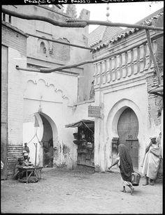 Marrakech Passage dans les souks, échoppe et porte d'entrée 1924
