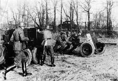 https://flic.kr/p/fyZmfH | 3,7 cm leichte Panzerabwehrkanone 35/36 (3,7 cm PaK 35/36 L/45) | Mise en batterie d'un PaK 35/36 décroché de son tracteur réglementaire, le Kfz. 69 Protz-Kraftwagen pour les besoins d'un exercice.