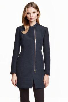 Structuurgeweven jas: Een korte mantel van glanzende, structuurgeweven kwaliteit. De  mantel heeft een opstaande kraag, een deelbare ritssluiting en steekzakken met een rits. Gevoerd.