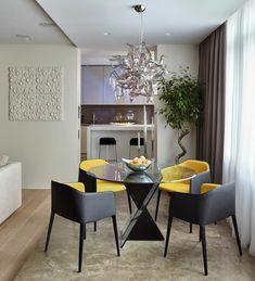 Das Design des Essbereichs ist modern - Stühle in Gelb und Schwarz mit Glastisch
