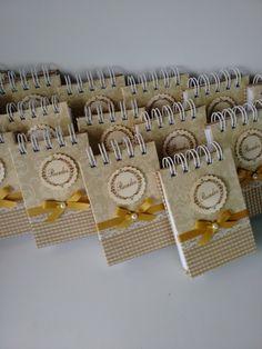 Bloco de notas medindo 11 x 8 cm com 80 folhas brancas lisas. Com possibilidade de personalização. Cartonagem com estrutura em papelão de alta densidade, encadernação com espiral simples ou wire, conforme disponibilidade de estoque. Capa com encadernação artística utilizando tecido 100% algod...