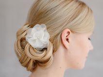 Weiße Blüte in Organza als #Haarschmuck für die #Braut