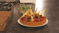 Ramon heeft zin in wat lekkers. Geen maaltijd vandaag, maar een een gebakken cheesecake! Het gebak wordt afgewerkt met bosvruchten zoals frambozen, blauwe bessen en bramen.