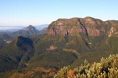 FACE SUL DA SERRA DO CORVO BRANCO EM URUBICI. Vista dos contra-fortes da Serra Geral com aproximadamente 800 metros de altura. Urubici/SC. Junho/2009. by meirelesevandro, via Flickr