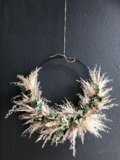 Bohemian Christmas, Christmas Crafts, Christmas Decorations, Dried Flower Wreaths, Dried Flowers, Art Floral Japonais, Dried Flower Arrangements, Floral Hoops, Xmas Wreaths