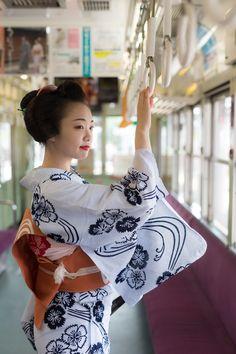 芸妓さんと舞妓さんのブログ (July maiko Ichiyuu in a train by.