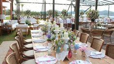 Mesa longa decorada para os convidados. (Foto: Divulgação)