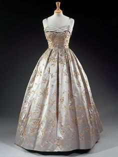 Dress Worn by Queen Elizabeth II Visiting President Dwight Eisenhower at the White House Hardy Amies, 1957 - this is so pretty too; very elegant and class-ful :) Vintage Outfits, Vintage Gowns, Vintage Mode, Vintage Clothing, Moda Fashion, 1950s Fashion, Vintage Fashion, Beautiful Gowns, Beautiful Outfits