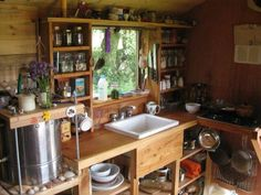 Find inspiration for your own tiny house with small kitchen space ideas. From colorful backsplashes to innovative cabinet designs, these creative tiny house kitchen ideas will inspire your own downsizing project. Tiny House Swoon, Tiny House Cabin, Tiny House Living, Tiny House On Wheels, Tiny House Design, Small Living, Interior Design Minimalist, Cuisines Design, Tiny Homes