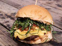 Entre os pratos que homenageiam a cidade, está o hambúrguer de Virado à Paulista, do Wings Burger, food truck do chef Alex Caputo.
