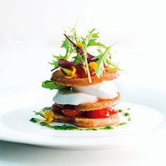 Karamellisierte Datteltomaten, geröstete Baguettescheiben und cremiges Pesto vereinen sich zu einer außergewöhnlichen Caprese.