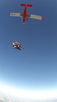 In luftigen Höhen fliegen wie ein Vogel. Tandem-Fallschirmspringen Tandemmichl