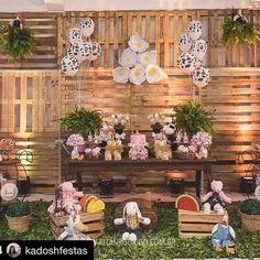 Flores gigantes na linda festa da @kadoshfestas obrigada pela preferência e com as lentes de @allanrodrigofotografia #Repost @kadoshfestas with @repostapp ・・・ O rustico tem seu charme, sua beleza, sua riqueza em meio a simplicidade! Aliás, as melhores coisas são simples, assim como ser feliz! Foto linda de @allanrodrigofotografia #fazendinha #festafazendinha #festafazendinharosa #fazendinhademenina #fazendinharosa #decorfazendinha #decorfazendinharosa #decorfazendinhademenina #bdaydamarin...