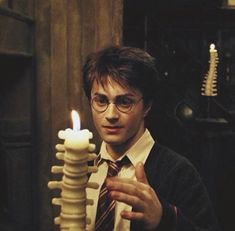 In Harry Potter and The Prisoner of Azkaban Harry extinguished a candle with his finger and does not get burn because he is a Wizard. Harry Potter Film, Harry James Potter, Harry Potter Pictures, Harry Potter Characters, Harry Potter Universal, Harry Potter Fandom, Harry Potter World, Saga, Hogwarts