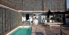 Villa Le Goff VILLA LE GOFF: L'ESTERNO La facciata di Villa Le Goff è caratterizzata dalla tenda mimetica con funzione di frangisole. Dietro le ampie vetrate del piano terra si intravede la cucina Factory di Boffi e nella zona pranzo il tavolo LC6 di Le Corbusier, Cassina I Maestri.