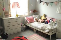 tytön sänky,sänkynurkkaus,tyynyt,tytönhuoneen sisustus,värikäs lastenhuone,vaaleanpunaista sisustuksessa,lastenhuone,viirinauha,viiri,värikäs koti,matto,sänky