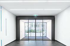DORMA Nederland B.V. (Product) - DORMA ST-FLEX automatische schuifdeuren - architectenweb.nl Partition Door, Divider, Windows, Doors, Recherche Google, Furniture, Home Decor, Belgium, Decoration Home