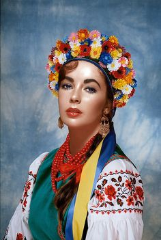 Elizabeth Taylor in Ukrainian traditional costume Edward Wilding, Hollywood Stars, Classic Hollywood, Old Hollywood, Most Beautiful Women, Beautiful People, Flower Headdress, Actrices Sexy, Violet Eyes