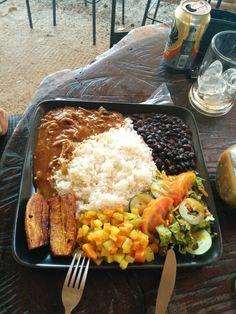 Carne en salsa casado es un tradicional Costa rican comida. este no es su arroz y frijoles verage . Este giro de costa rica en arroz y frijoles no sólo es declcious pero también es fácil de hacer