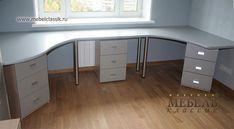 Письменный стол вдоль окна