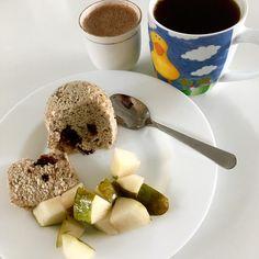 Hazelnut mugcake with chocolate, pear, hot coconut milk chocolate drink, coffee / Lískooříškový mugcake s čokoládou, hruška, horká čokoláda z kokosového mléka, káva No Bake Desserts, Oatmeal, Baking, Breakfast, Food, The Oatmeal, Morning Coffee, Rolled Oats, Bakken