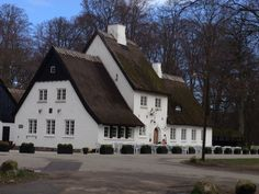 Peter Liep's hus i Dyrehaven. Inn from 1700s named after a gamekeeper.