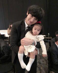 Chanyeol with kids! My heart hurts😭💓 Baekhyun Chanyeol, Kris Wu, Fanfic Exo, Selca, Exo Korean, Xiuchen, Kpop Exo, Exo Members, Dimples