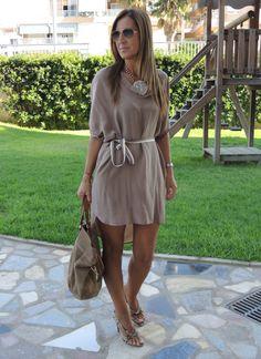 Vestido de seda, con fruncido en mangas y largo asimétrico.