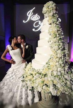HUGE WEDDING CAKE! what a cake!!